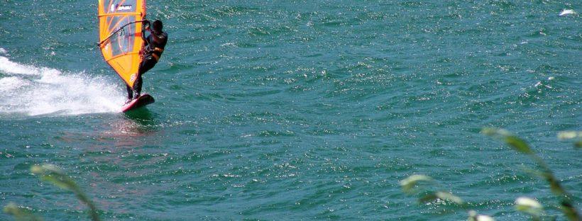 osoba na morze uprawiająca windsurfing